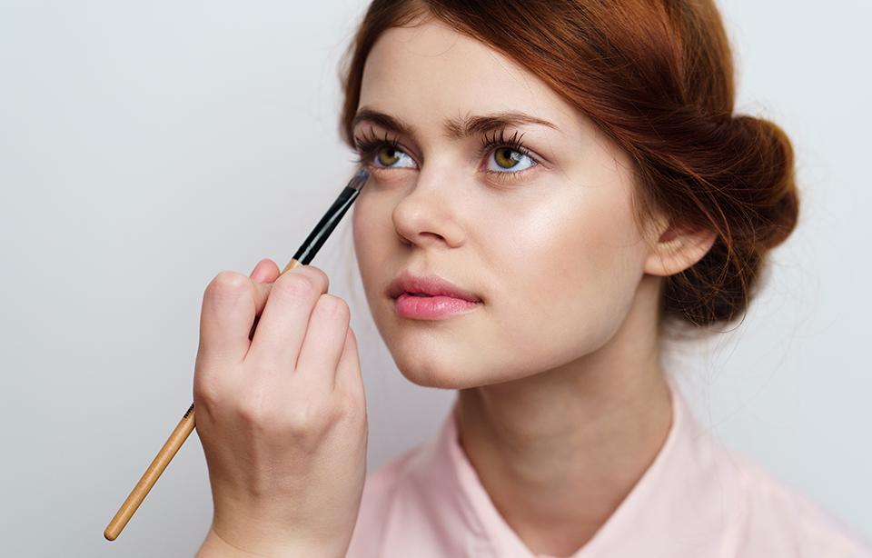 Cum aplici corect tusul de ochi